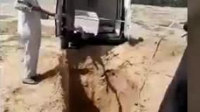 نحوه عجیب دفن یک فوتی مبتلا به کرونا در عراق