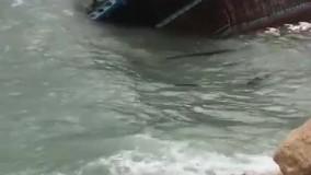 غرق شدن لنج باری در اسکله عسلویه