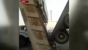 تصادف عجیب کامیون با پل عابر پیاده در اصفهان