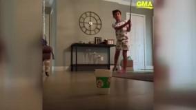 هنرمایی عجیب پسربچه 8 ساله با چوب گلف و لیوان یکبار مصرف