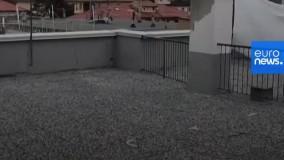 تنیس بازی  دختران همسایه در روزهای قرنطینه در پشت بام