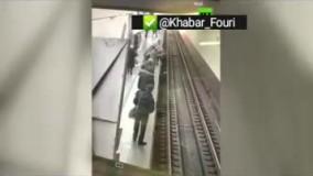 لحظه سقوط به ریل مترو، چند ثانیه پیش از ورود قطار
