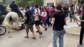 زیر گرفتن یکی از معترضان در هیوستون آمریکا توسط پلیس سوارکار