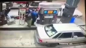 سرقت وسایل داخل ماشین در پمپ بنزین در یک چشم به هم زدن!