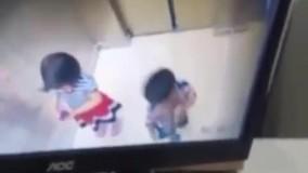 نجات جان یک کودک در آسانسور توسط کودک دیگر