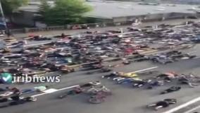 دراز کشیدن صدها معترض آمریکایی روی زمین در شهر پورتلند