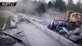 یک کامیون در یک تصادف کشنده چندین خودرو را خرد می کند!