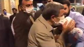 بوسیدن یک نوزاد توسط احمدینژاد در قم