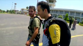 چتربازی سقوط آزاد آیدین زواره ای در فرودگاه رامسر