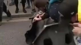 معترضان در بریتانیا مجسمه تاجر برده را به رودخانه انداختند؛
