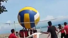 جذاب ترین بازی والیبال با این توپ عجیب!