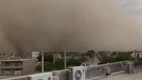 لحظه رسیدن طوفان گردوخاک به شهر ایرانشهر