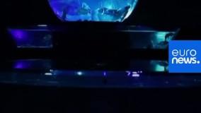طراحی خیرهکننده آکواریوم ژاپن ؛ نمایش هنری هزاران ماهی در رقص رنگ و نور