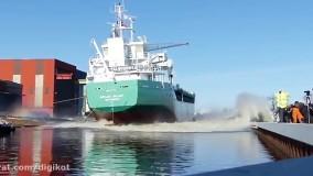 لحظه هراس انگیز به آب انداختن کشتی های غول پیکر