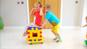 گبی و الکس با بلوک های خانه سازی بازی می کنند