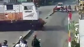 له شدن راکب بی خیال موتورسیکلت در زیر قطار