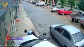 تصادف وحشتناک زن موتورسوار به همراه پسرش با دو خودرو