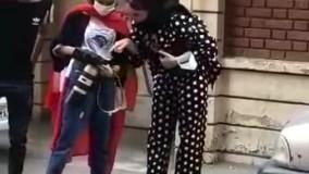 بهنوش طباطبایی در مقابل دوربین عکاسان در یکی از خیابان های مشهد