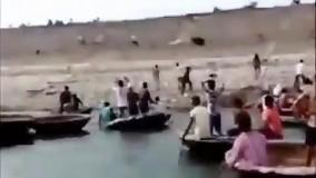 حمله وحشتناک خرس به انسان های جمع شده در کنار رودخانه