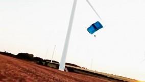 پرش خطرناک با چتر نجات از بالای توربین بادی