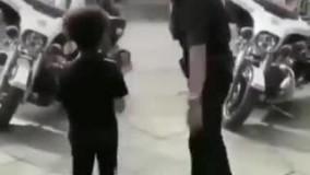 رقابت جالب پلیس و پسر بچه در رقص