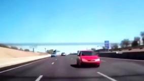 برخورد شدید تایر سرگردان با خودروی در حال حرکت