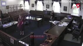 فیلم لحظه فرار یک زندانی از دادگاه ؛ دنده پلیس شکست