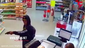 کتک خوردن سارق مسلح از مشتریان فروشگاه