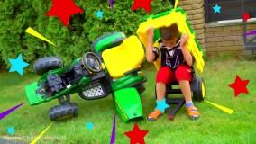 آرتم و مامانی با اسباب بازی های شکسته بازی می کنند ؛  ماجراهای آرتم