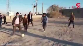 فوتبال بازی کردن آذری جهرمی با بچه های روستای قلعه کنگ