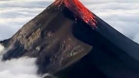 لحظه فوران آتشفشان بر فراز ابرها