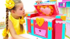دیانا و روما ؛ دیانا و دوستانش با اسباب بازی های دیانا بازی می کنند !