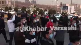 تجمع برای انصاریان در ورودی بیمارستان فرهیختگان
