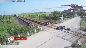 حادثه وحشتناک برای راکب موتور روی ریل راه آهن