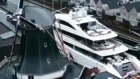 عبور کشتی تفریحی از وسط بزرگراه !