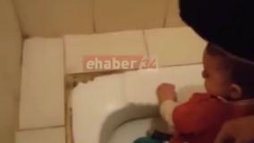 گیر کردن پای یک کودک در کاسه توالت !