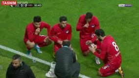 افطار بازیکنان فوتبال در جریان مسابقه
