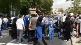 شعار مرگ بر روحانی در تجمع مقابل سازمان بورس