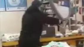 حمله مرد تبر به دست به یک فروشگاه به خاطر ماسک !