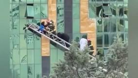 لحظه نجات 8 زن و مرد رشتی از شعله های آتش در مجتمع تجاری میدان گلسار