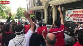تجمع هواداران پرسپولیس در مقابل فدراسیون