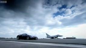 دوئل جذاب بوگاتی شیرون و یک هواپیمای جنگنده