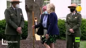 درختکاری همسر بایدن با کفش پاشنه بلند