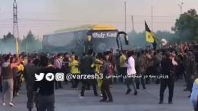 ورود اتوبوس تیم سپاهان به استادیم در میان استقبال گسترده هواداران