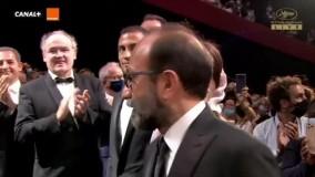 لحظهی ورود اصغر فرهادی و عوامل «قهرمان» به سالن گرند لومیر فستیوال کن برای نخستین نمایش این فیلم