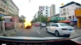 انفجار تویوتا کمری در یک خیابان شلوغ در چین را تماشا کنید