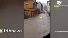 لحظه نجات یک آتشنشان از سیل توسط مردم