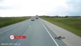 سبقت نا به هنگام باعث تصادف با تریلی شد