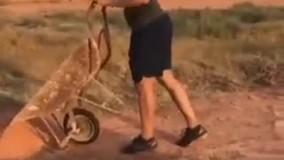 قهرمان پارالمپیک در حین آماده کردن محل تمرین با بیل و فرغون