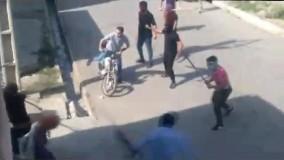 لحظه حمله وحشیانه اراذل و اوباش به زنان بی دفاع